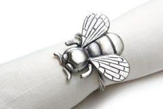 Servilleta con un anillo bajo la forma de mosca. Imagenes de archivo