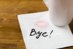 Servilleta con una taza del beso y de café en fondo de madera imagen de archivo