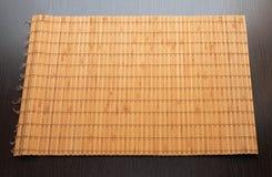 Servilleta de bambú en un fondo de madera oscuro aislado fotos de archivo