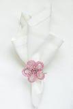 Servilleta de lino blanca con el anillo de servilleta moldeado Imagenes de archivo