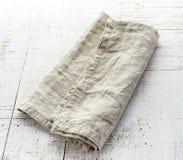 Servilleta de lino en la tabla de madera Imagenes de archivo