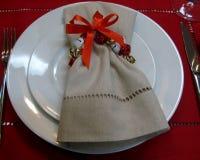 Servilleta festiva en la tabla de la Navidad foto de archivo