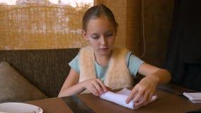 Servilleta mojada del algodón del balanceo de la muchacha del adolescente en la tabla en restaurante de sushi almacen de video