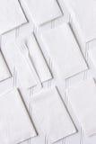 Servilletas blancas en la tabla blanca Imagen de archivo