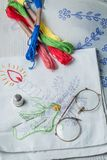Servilletas bordadas, modelo de papel y mulina del color imagen de archivo libre de regalías