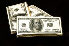 Servilletas con la imagen de cientos billetes de dólar Imagenes de archivo