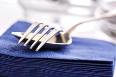 Servilletas de papel con la cuchara y la bifurcación Foto de archivo libre de regalías