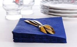 Servilletas de papel con las cucharas, las placas y los vidrios Imágenes de archivo libres de regalías