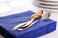 Servilletas de papel con las cucharas, las placas y los vidrios Fotos de archivo libres de regalías