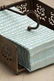 Servilletas de papel en un sostenedor del estilo de la vendimia. Fotografía de archivo