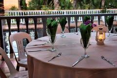 Servilletas verdes en vidrios de vino Imagen de archivo libre de regalías