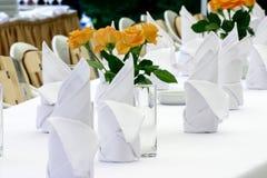 Servilletas y rosas Fotografía de archivo libre de regalías