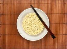 Servindo macarronetes imediatos Fotografia de Stock