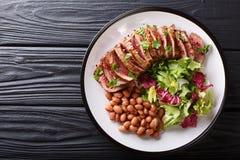 Servindo o bife grelhado com salada fresca e close-up o dos feijões imagens de stock
