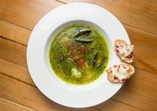 Servindo o estilo tailandês da sopa picante dos peixes sobre foto de stock