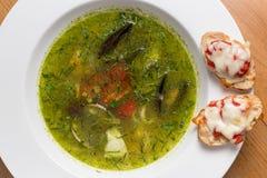 Servindo o estilo tailandês da sopa picante dos peixes sobre fotografia de stock