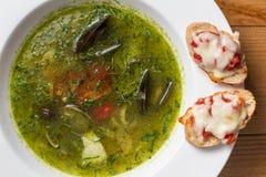 Servindo o estilo tailandês da sopa picante dos peixes sobre Imagens de Stock Royalty Free