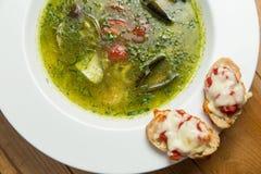 Servindo o estilo tailandês da sopa picante dos peixes sobre imagens de stock