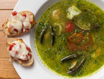 Servindo o estilo tailandês da sopa picante dos peixes sobre Foto de Stock Royalty Free