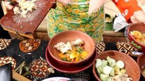 Servindo o menu do ayam do soto, alimento Javanese típico filme