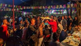 Servindo uma refeição à comunidade no Calenda San Pedro em México fotografia de stock royalty free