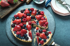 Serving homemade summer berry tart Royalty Free Stock Photography