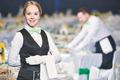 Serviço da restauração empregada de mesa no dever Fotos de Stock Royalty Free