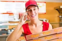 Serviço de entrega - mulher que guardara caixas da pizza Imagem de Stock Royalty Free