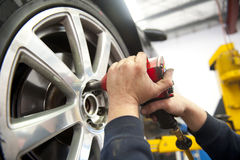 Serviço do pneumático por Mecânico Imagens de Stock