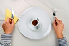 Servir une cuvette de café Images stock