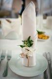 Servir une table de fête dans des couleurs lumineuses Photo stock