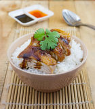 Servire arrostito del pollo su riso con salsa Fotografie Stock