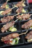 Servire arrostito della carne di maiale con insalata Immagine Stock Libera da Diritti