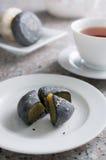 Servire in bianco e nero dei dolci della luna con tè cinese Fotografia Stock Libera da Diritti