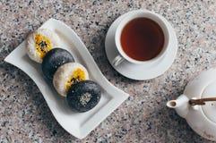 Servire in bianco e nero dei dolci della luna con tè cinese Fotografie Stock Libere da Diritti