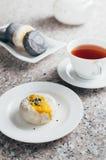 Servire in bianco e nero dei dolci della luna con tè cinese Immagine Stock Libera da Diritti