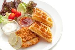 Servire croccante del pollo fritto con la cialda, la verdura e le salse Fotografie Stock