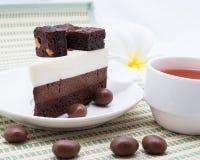 Servire del dolce del brownie del cioccolato con tè caldo Fotografia Stock