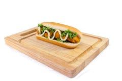 Servire del hot dog del pollo sullo spezzettamento del legno a pezzi Fotografie Stock