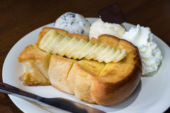 Servire del pane del pane tostato del miele con la banana, il gelato e la panna montata Fotografie Stock Libere da Diritti