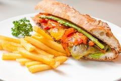 Servire del sandwitch delle verdure con il pototo fritto Immagine Stock Libera da Diritti