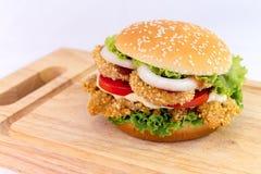 Servire dell'hamburger del pollo sullo spezzettamento del legno a pezzi Fotografia Stock