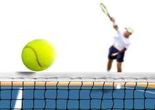 Servire della pallina da tennis sopra la rete Immagini Stock Libere da Diritti