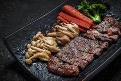 Servire giapponese arrostito di teriyaki della bistecca di manzo con le verdure Fotografie Stock