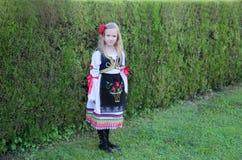 Servisch meisje in traditionele kleren, nationaal kostuum, identiteitscultuur van Servi? royalty-vrije stock afbeelding