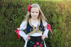 Servisch meisje in traditionele kleren, nationaal kostuum, identiteitscultuur van Servi? royalty-vrije stock foto's