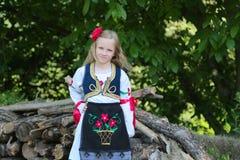 Servisch meisje in traditionele kleren, nationaal kostuum, identiteitscultuur van Servi? stock afbeelding