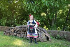 Servisch meisje in traditionele kleren, nationaal kostuum, identiteitscultuur van Servi? stock foto