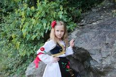 Servisch meisje in traditionele kleren, nationaal kostuum, identiteitscultuur van Servi? royalty-vrije stock afbeeldingen