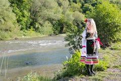 Servisch meisje in traditionele kleren, nationaal kostuum, identiteitscultuur van Servi? stock afbeeldingen